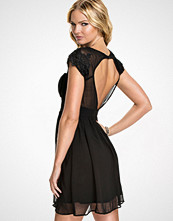 Elise Ryan Svart Open Front Lace Cap Sleeve Dress