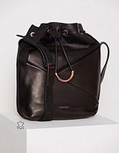 Calvin Klein JILLI4N ELONGATED BUCKET BAG