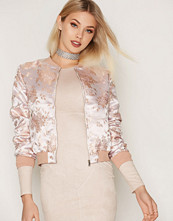 NLY Trend Lys rosa Fancy Floral Bomber