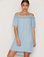 Noisy May Lys blå Nmendi Ss Off Shoulder Fray Dress