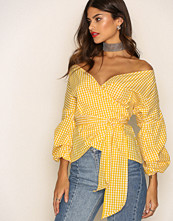 NLY Trend Gul/Rutig Wrap Shoulder Blouse