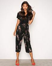 New Look Black Floral Plisse Jumpsuit
