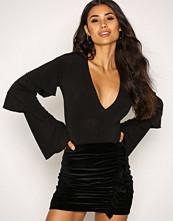 NLY Trend Svart Velvet Flounce Skirt