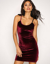 NLY One Vinrød Cami Velvet Mini Dress