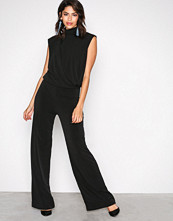 NLY Trend Svart Covered Sleeveless Jumpsuit