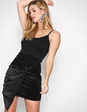 NLY Trend Svart Sparkling Dot Skirt