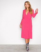 NLY Trend Rosa Clean Cut Wrap Dress