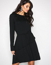NLY Trend Svart Power Frill Dress
