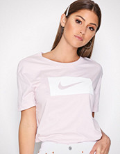 Nike Rosa NSW Tee Drop Tail Swsh