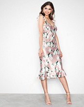 NLY Eve Blomstrete Low Frill Midi Dress