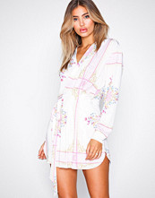 NLY One Mønstret Resort Mini Wrap Dress