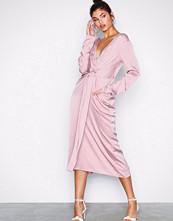 NLY Trend Rosa Amazing Satin Dress