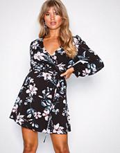NLY Trend Svart Pretty Wrap Dress