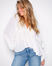 NLY Trend Creme Flowy Blouse