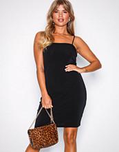 NLY Trend Svart Strappy Straight Dress