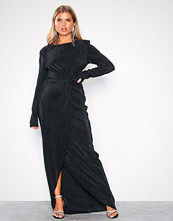 NLY Eve Svart Padded Pleated Gown