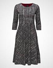 Nanso Ladies Dress, Ristikko