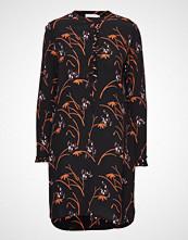 Coster Copenhagen Shirt Dress In Hibiscus Print Knelang Kjole Svart COSTER COPENHAGEN