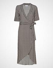 Ganni Silk Stretch Satin Wrap Dress Knelang Kjole Brun GANNI