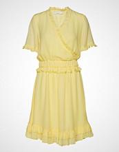 POSTYR Posestelle Dress Kort Kjole Gul POSTYR