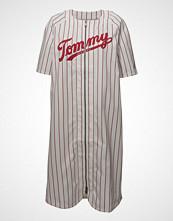 Tommy Jeans Tjw Baseball Dress Knelang Kjole Hvit TOMMY JEANS
