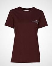DESIGNERS, REMIX Stanley Text Tee T-shirts & Tops Short-sleeved Rød DESIGNERS, REMIX