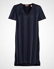 Scotch & Soda V-Neck Dress In Tonal Stripe Knelang Kjole SCOTCH & SODA