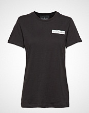 DESIGNERS, REMIX Stanley Badge Tee T-shirts & Tops Short-sleeved Svart DESIGNERS, REMIX