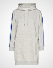 Calvin Klein Hooded Monogram Tape Dress Knelang Kjole Hvit CALVIN KLEIN JEANS