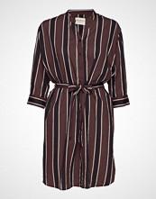 Moshi Moshi Mind Amelia Dress Autumn Stripe Knelang Kjole Rød MOSHI MOSHI MIND