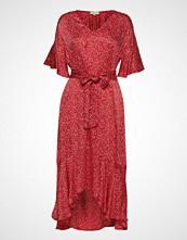 by Ti Mo Shiny Assymetric Dress Knelang Kjole Rød BY TI MO