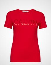 Calvin Klein Satin Calvin Logo Ss T-shirts & Tops Short-sleeved Rød CALVIN KLEIN JEANS