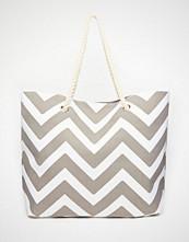 South Beach Chevron Print Beach Bag in Grey