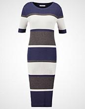 ADPT. ADPTSIDEWALK Strikket kjole high rise