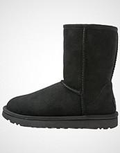 UGG Australia CLASSIC SHORT II Støvletter black