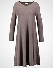 Jumperfabriken MARCELLA Strikket kjole brown
