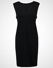 someday. QUINOA Strikket kjole black
