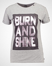 Replay Tshirts med print grey melange medium
