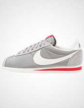 Nike Sportswear CLASSIC CORTEZ NYLON PREMIUM Joggesko medium grey/sail/university red/soar