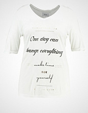 Zizzi ONE DAY CAN CHANGE EVERYTHING  Tshirts med print vanilla ice