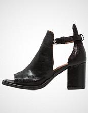 Mjus CLOSE Sandaler med ankelstøtte nero