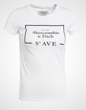 Abercrombie & Fitch EVENT Tshirts med print white