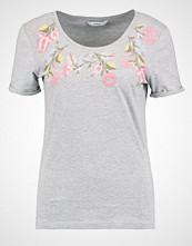 Only ONLNESSIE FLOWER Tshirts med print light grey melange