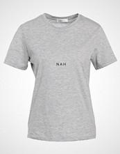 Moss Copenhagen NAH Tshirts med print light grey melange/black