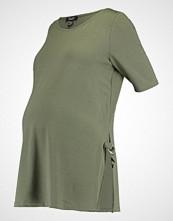 New Look Maternity Tshirts med print khaki