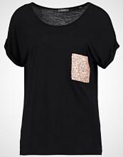KIOMI Tshirts med print black