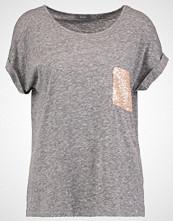KIOMI Tshirts med print mottled grey