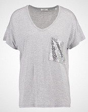 KIOMI Tshirts med print mottled light grey