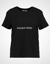 Moss Copenhagen TROUBLE ADDI Tshirts med print black/white