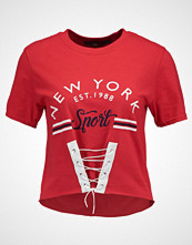 Missguided NEW YORK GRAPHIC CORSET LACE UP FRONT CROP Tshirts med print red